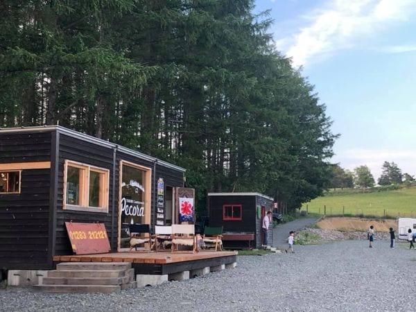 キャンプ場内にあるカフェと炊事棟ほか