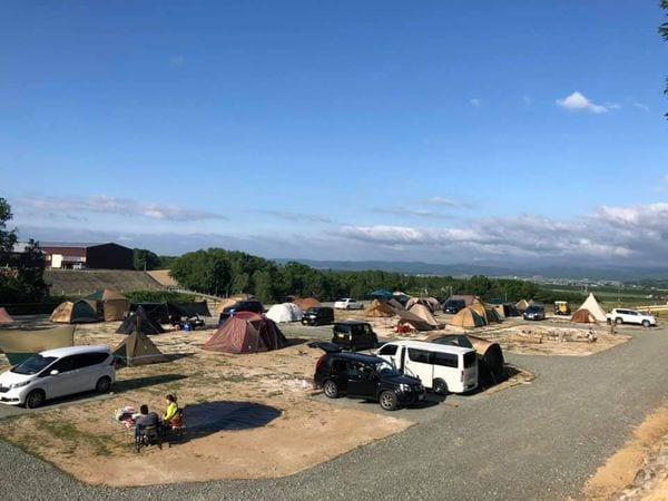 見晴らしのいい小高い丘に位置する士別ペコラキャンプ場